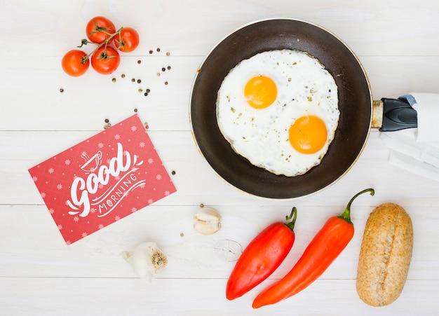 Composición de huevos fritos por la mañana con ingredientes.