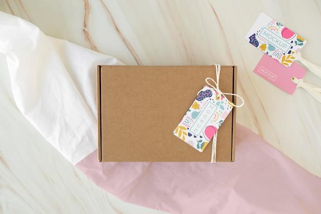 Composición con maqueta de etiqueta de caja artesanal.