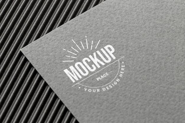Composición mínima con maqueta de tarjeta de marca de la empresa.