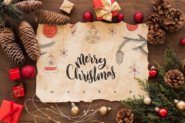 Composición de navidad de vista superior con mockup de papel viejo