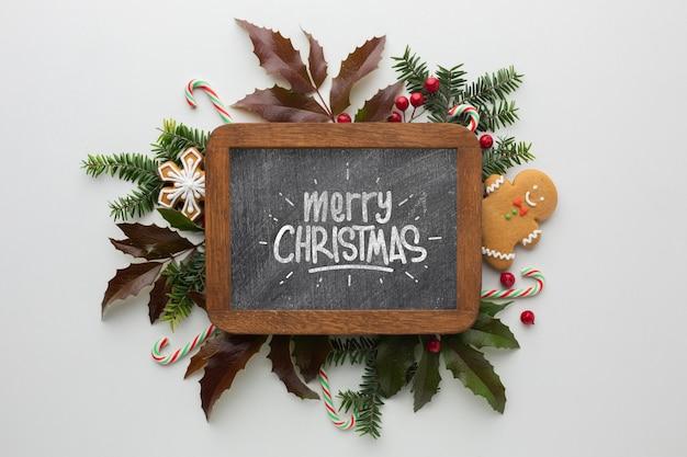 Composición navideña con letras escritas en la pizarra