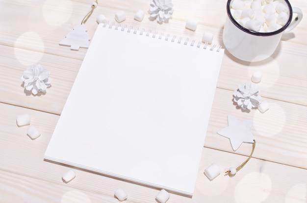 Composición navideña con maqueta de bloc de notas