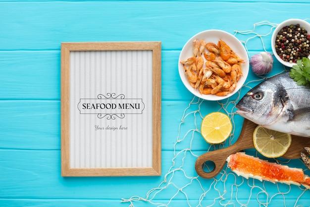 Composición plana de alimentos marinos con maqueta de marco