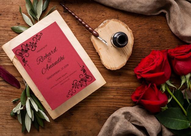Composición plana hermosa de elementos de boda con maqueta de tarjeta