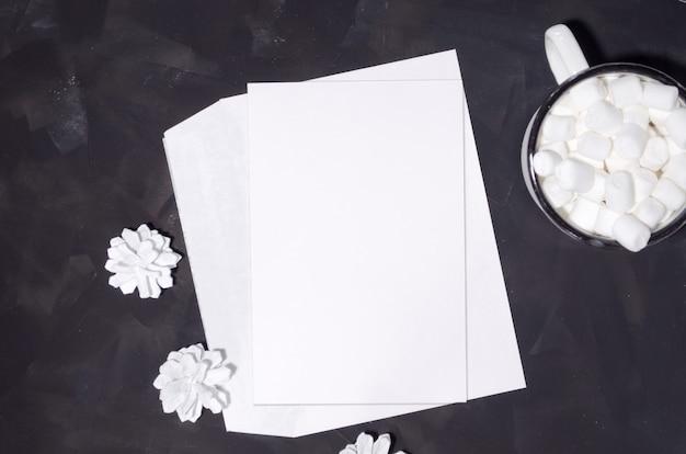 Composición plana de navidad con tarjeta de maqueta