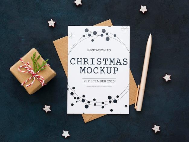 Composición plana de la víspera de navidad con tarjeta y sobre