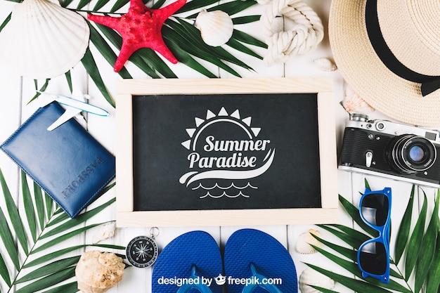 Composición de verano con pizarra y concepto de aloha