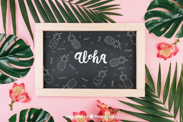 Composición de verano con pizarra y hojas de palmera