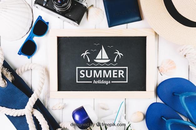 Composición de verano con pizarra y objetos de playa