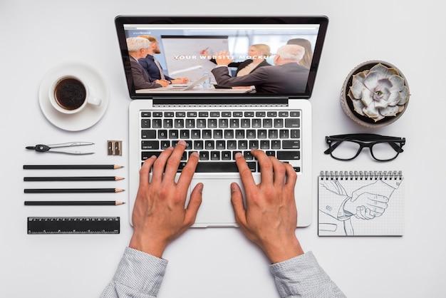 Composición de vista superior con portátil y materiales de oficina