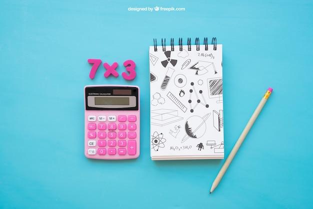 Composición de vuelta al cole con libreta y calculadora
