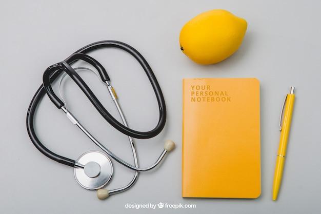 Composizione con taccuino, stetoscopio e lemmon