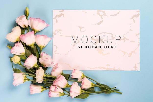 Composizione della cornice con spazio vuoto nella carta centrale fatta di eustoma rosa in fiore