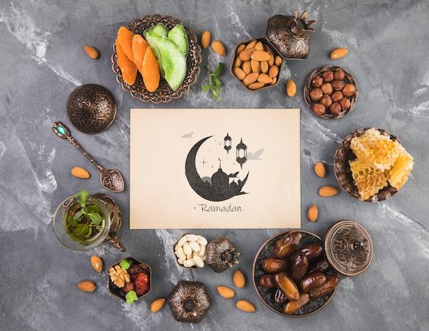 Composizione di ramadan piatto laici con modello di carta di carta