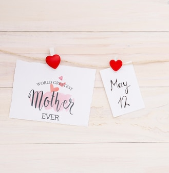 Composizione piana di giorno di madri con il modello di carta