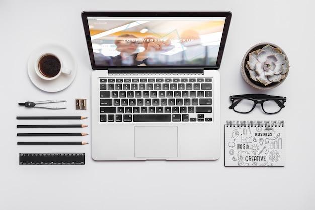 Composizione vista dall'alto con laptop e forniture per ufficio