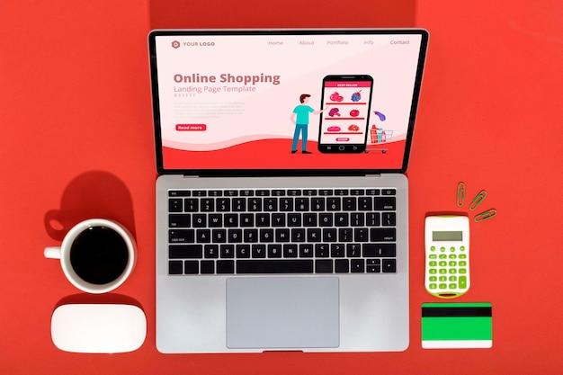 Compras en línea en la computadora portátil con café al lado