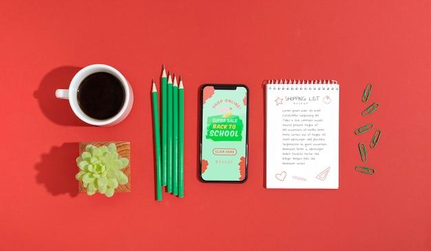 Compras en línea en la lista móvil con café al lado