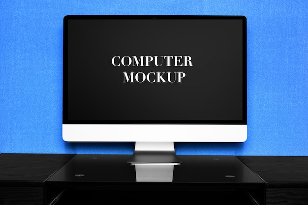 Computer di mockup su un tavolo in un ufficio