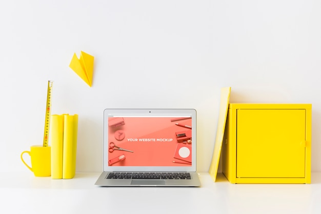 Computer portatile con schermo mockup in uno spazio di lavoro pulito e ordinato. tema educativo
