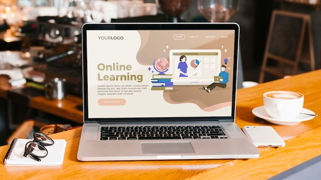 Computer portatile del primo piano con la pagina di destinazione di apprendimento online