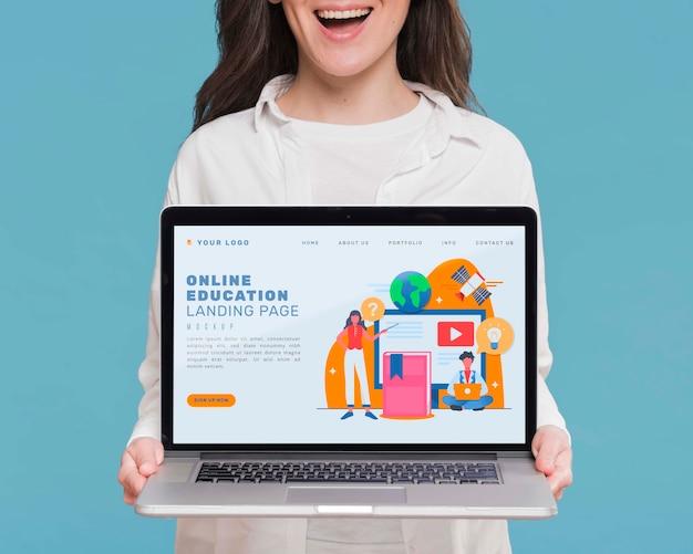 Computer portatile della tenuta della donna di smiley del primo piano