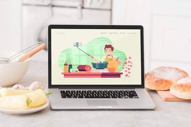 Computer portatile sul tavolo della cucina