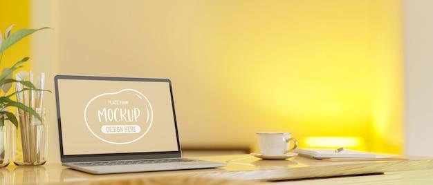 Computerlaptop met mockupscherm op tafel met briefpapier en penselen 3d-rendering