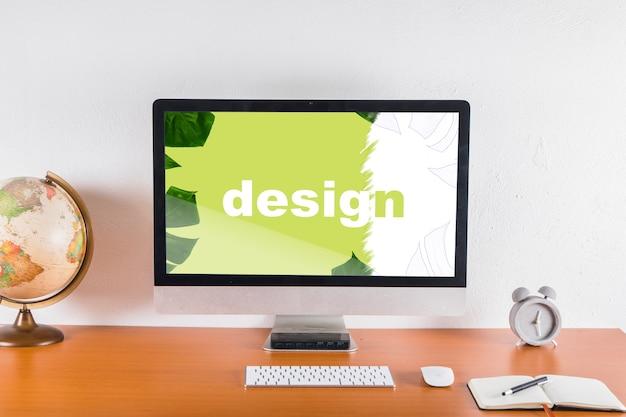 Computermodel op bureau met elementen