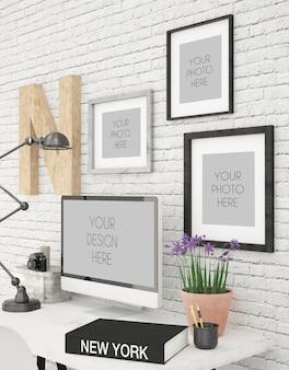 Computerscherm en drie fotolijsten mock up in moderne office zijaanzicht