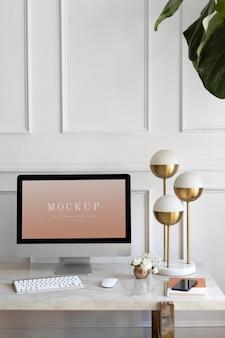 Computerscherm met gouden lamp