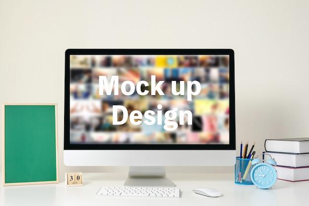 Computervertoning voor model op wit bureau op het kantoor.