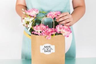 Conceito de jardinagem com mulher preparando saco com flores