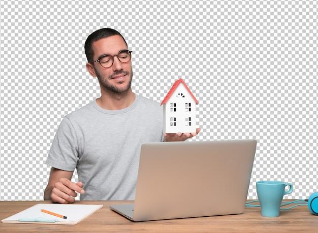 Concept een jonge mens die een nieuw huis aanbiedt