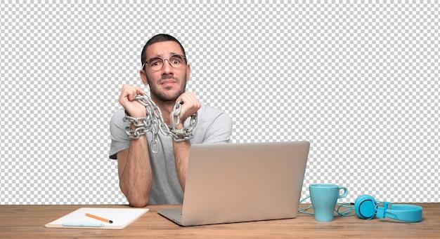 Concept van een betrokken jonge man vastgeketend aan internet