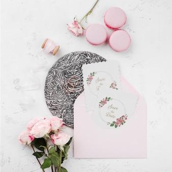 Concepto de boda maqueta con flores y macarons