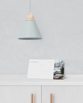 Concepto de calendario de cartón en gabinete
