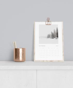 Concepto de calendario en maqueta de gabinete