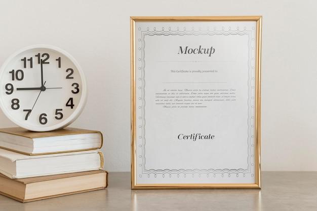 Concepto de certificado con maqueta de marco