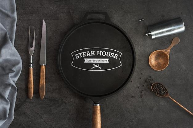 Concepto de cocina con maqueta de sartén de parrilla de hierro