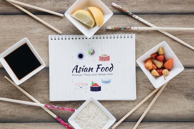 Concepto de comida asiática de vista superior con salsa de soja
