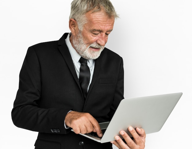 Concepto de computadora portátil de hombre de negocios caucásico
