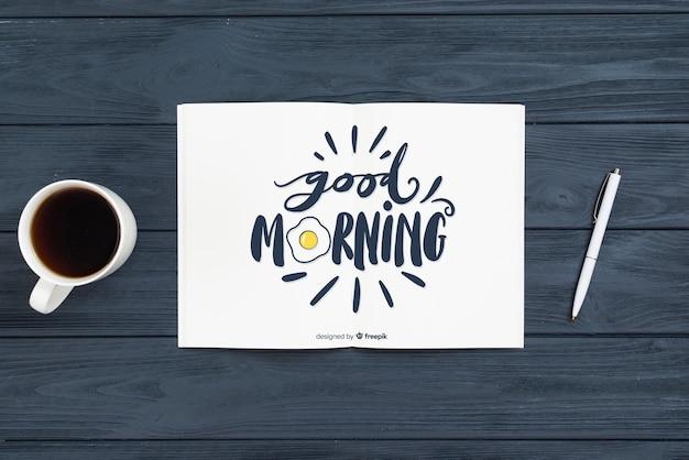 Concepto de cuaderno y bolígrafo por la mañana