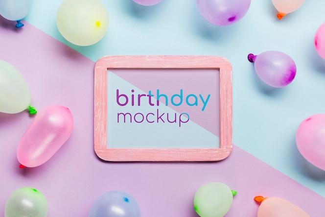 Concepto de cumpleaños plano laico con globos