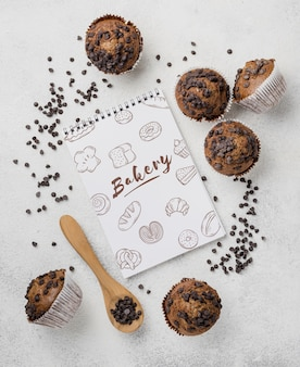 Concepto de deliciosos muffins de chispas de chocolate