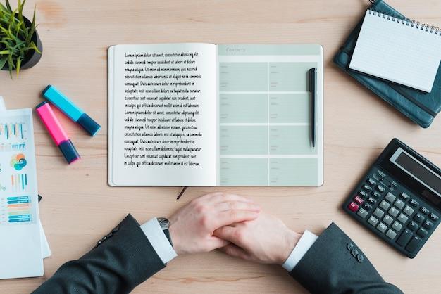 Concepto de escritorio con agenda y herramientas.