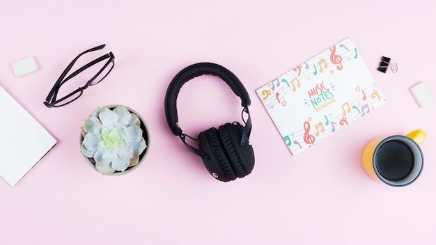 Concepto de escritorio de artista músico con auriculares
