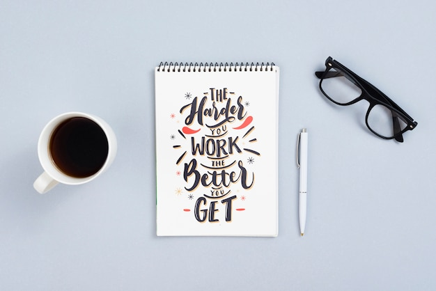 Concepto de escritorio con cita en cuaderno