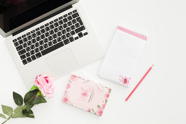 Concepto de escritorio femenino en maqueta de oficina