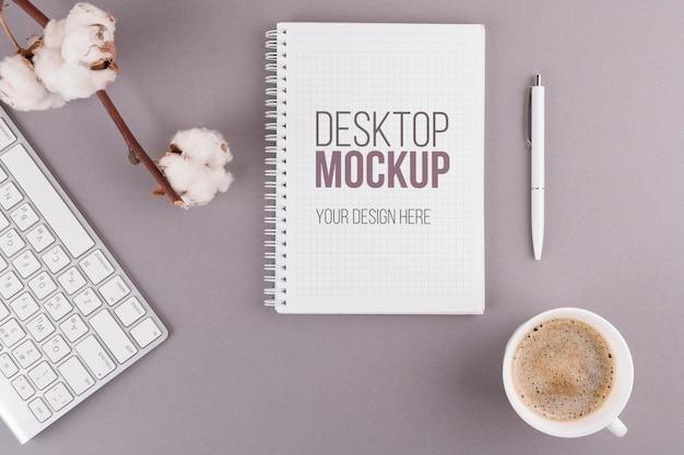 Concepto de escritorio con libreta y café